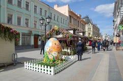 Semana de Pascua en la calle de Rozhdestvenka en Moscú, Rusia Foto de archivo