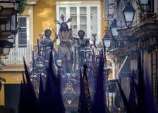 A Semana Santa em Cadiz, Espanha Jesus amarrou à coluna e os chicotes e a Mary santamente dos rasgos, a coluna imagem de stock