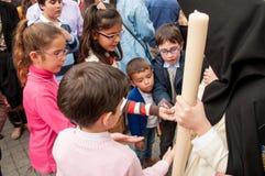 Semana Santa em Sevilha --crianças que recebem doces Foto de Stock Royalty Free