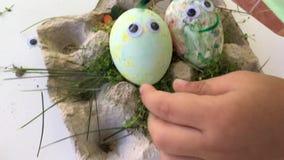 Semana Santa Huevos de la pintura con el bebé