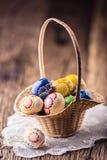 Semana Santa Huevos de Pascua pintados hechos a mano en cesta Fotografía de archivo