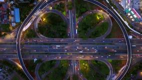 Semanggi公路交叉点顶视图在晚上 股票录像