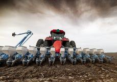 Semant des cultures aux champs agricoles au printemps photographie stock libre de droits