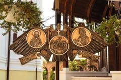 Semantron accrochant au monastère de Plumbuita à Bucarest, Roumanie Plat en bronze découpé religieux en métal Photographie stock libre de droits