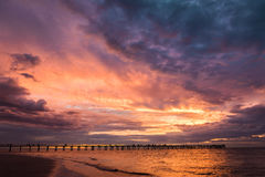 Semaphor-Anlegestellen-Strand mit buntem Sonnenuntergang, Süd-Australien Lizenzfreie Stockfotos