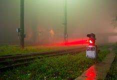 Semaphor im Nebel Stockbild