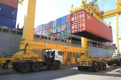 Container die worden geladen Stock Afbeeldingen