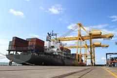 Het schip die van de container zijn lading leegmaken Royalty-vrije Stock Afbeeldingen