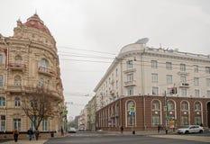 Semashko车道 有薄雾的秋天 在他们的事务的步行者仓促 库存照片