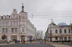 Semashko车道 有薄雾的秋天 步行者独自地赶紧公共汽车 免版税库存照片