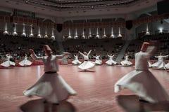 Semazen o derviches de giro en el centro de la cultura de Mevlana en Konya, Turquía fotos de archivo
