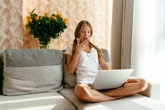 Sembler de femme étonnés à son ordinateur portable images libres de droits
