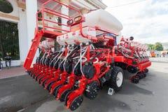 Sembradora agrícola roja a estrenar Imagen de archivo