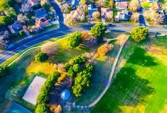 Sembrare basso diritto sopra il parco e le tracce nella Comunità del sobborgo Immagini Stock Libere da Diritti