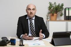 Sembrare dell'uomo d'affari sorpresi sulle sue controparti Immagine Stock Libera da Diritti