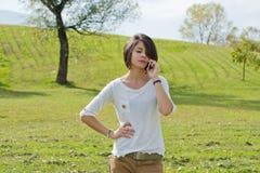 Sembrare della donna infastiditi mentre parlando sul telefono Fotografie Stock