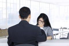 Sembrare della donna rifiutati nell'intervista di lavoro Immagini Stock
