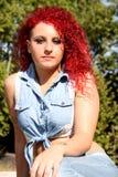 Sembrare giovanile della ragazza rossa dei capelli all'aperto fotografia stock libera da diritti