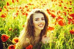Seme di papavero e ragazza felice con capelli ricci lunghi immagini stock libere da diritti