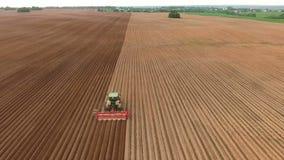 Semeação do fazendeiro, semeando colheitas no campo Silhueta do homem de negócio Cowering vídeos de arquivo