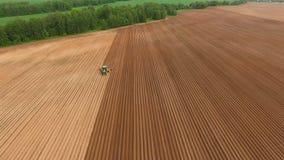Semeação do fazendeiro, semeando colheitas no campo Silhueta do homem de negócio Cowering video estoque