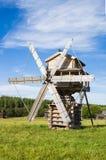 SEMENKOVO, RUSIA - 14 DE AGOSTO DE 2016: Molino de viento en museo de la arquitectura de madera, Semenkovo, región de Vologda Rus Imágenes de archivo libres de regalías