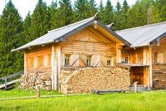 SEMENKOVO RYSSLAND - AUGUSTI 14, 2016: A I Th 19 â för Ulanov hus sent -?? det tidigt - cent för th 20 i museum av träarkitektur royaltyfri fotografi