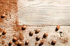 Semente de Coffe e tabela de madeira fotografia de stock royalty free