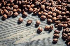 Semente do café em no. de madeira 1 do fundo da tabela foto de stock