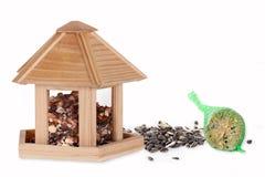 Semente do pássaro em uma caixa de pássaro com uma bola gorda Foto de Stock