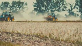 Sementeira do trator agrícola e campo da cultura vídeos de arquivo