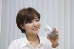 Sementes bebendo do chia da jovem mulher Imagem de Stock Royalty Free