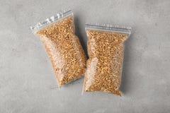 Sementes da grama do trigo em pacotes plásticos Foto de Stock