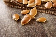 Sementes de abóbora na tabela de madeira Foto de Stock Royalty Free