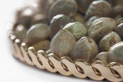 Sementes de cânhamo em uma placa dourada Foto de Stock