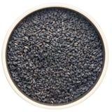 Sementes de cominhos pretas em uma bacia fotografia de stock royalty free