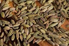Sementes de erva-doce secadas em uma placa de desbastamento de madeira Fotografia de Stock Royalty Free