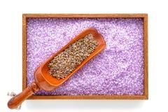 Sementes de flor da alfazema e sais de banho secos em uns termas Foto de Stock