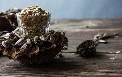 Sementes de girassol em uma flor do girassol Fundo de madeira Foto de Stock