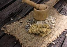 Sementes de girassol frágeis em um almofariz em um fundo de madeira Foto de Stock Royalty Free