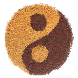 Sementes de mostarda preto e branco que formam um símbolo de yang do yin Foto de Stock