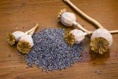 Sementes de papoila na tabela de madeira Fotografia de Stock Royalty Free