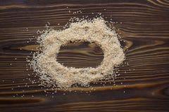 sementes de sésamo na madeira imagens de stock royalty free