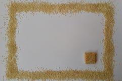 Sementes de sésamo no fundo branco doces doces do sésamo textura clara Vista superior Isolado no branco Alimento naughty Foto de Stock