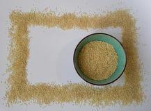 Sementes de sésamo no fundo branco sesame Em uma bacia textura clara Vista superior Isolado no branco Alimento Fotos de Stock Royalty Free