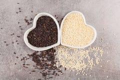 Sementes de sésamo preto e branco no fundo cinzento Comer saudável Imagens de Stock Royalty Free