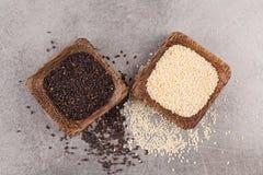 Sementes de sésamo preto e branco no fundo cinzento Comer saudável Foto de Stock