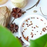 Sementes dos bonsais em uma placa branca Fotos de Stock