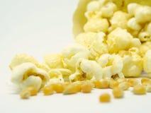 Sementes e pipoca do milho no fundo branco Imagens de Stock