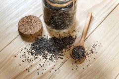 Sementes pretas orgânicas cruas do chia na colher de madeira foto de stock royalty free